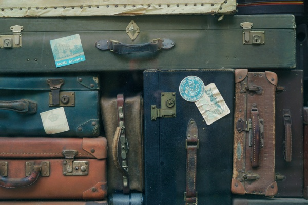 Stack_of_luggages_(Unsplash)